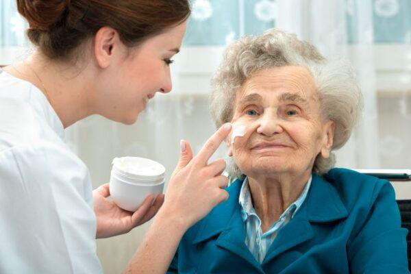Hautpflege in der Altenpflege: Das müssen Sie beachten