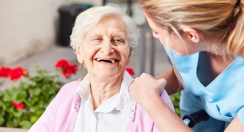 Diese Voraussetzungen sollten bei einer Kurzzeitpflege für Demenzkranke erfüllt sein