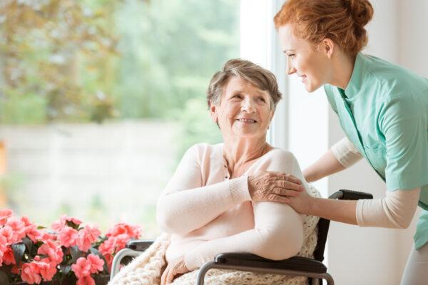Körperpflege im Altenheim: Das müssen Sie beachten