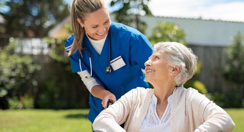 Arbeitskleidung in der Pflege: So abwechslungsreich wie die Pflegeberufe