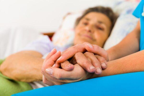 Ganzkörperwäsche im Bett richtig durchführen: So geht's