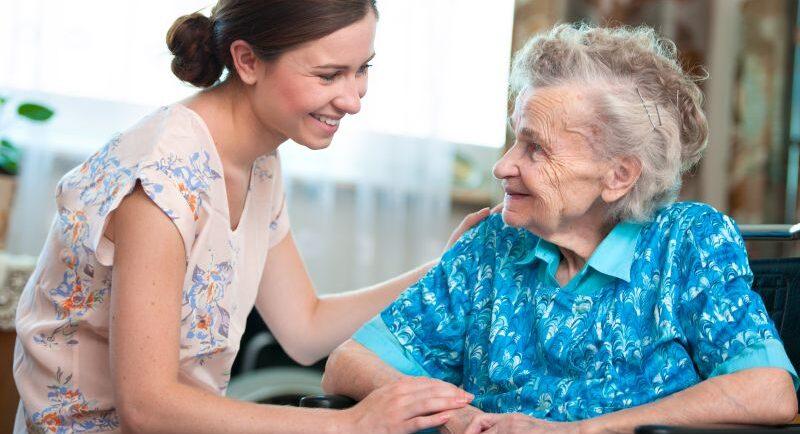 Haarwäsche und Rasur in der Altenpflege: So funktioniert es
