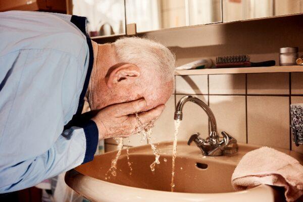 Ganzkörperwäsche am Waschbecken: Tägliches Ritual in der Pflege
