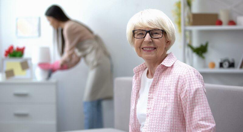 So schafft eine Putzhilfe wertvolle Entlastung in der Pflege