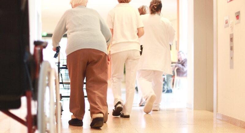 Umzug ins Pflegeheim: Darauf sollten Angehörige besonders achten