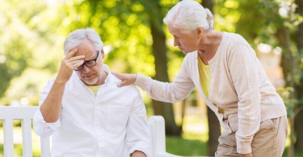 Senioren mit Kopfschmerzen & Migräne